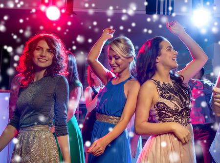 ragazze che ballano: partito, feste, celebrazioni, vita notturna e persone Concetto - sorridente amici ballare in circolo