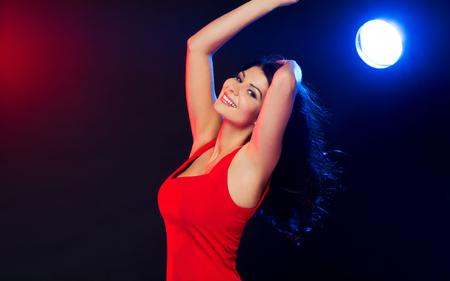 ragazze che ballano: persone, vacanze, discoteca, lo stile di vita di notte e concetto di tempo libero - bella donna sexy in abito rosso ballare in discoteca Archivio Fotografico