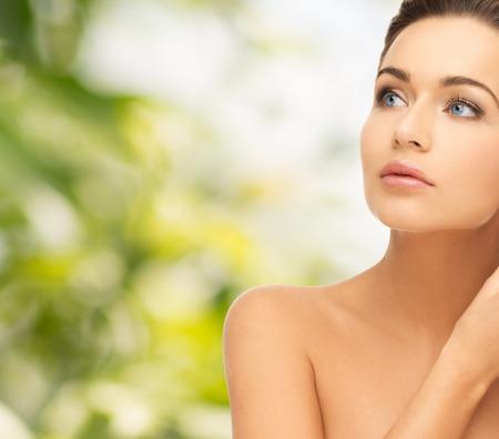 skönhet: skönhet och hälsa begrepp - vacker kvinna tittar upp Stockfoto