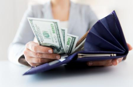 business, finance, sparen, het bankwezen en mensen concept - close-up van de handen van de vrouw met portemonnee en geld ons dollar