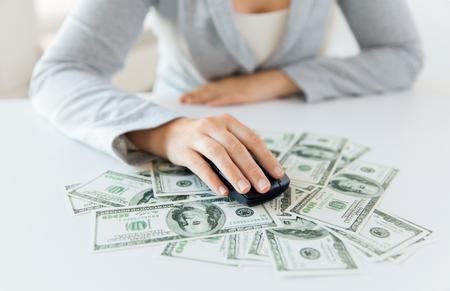 klik: zaken, financiën, internet verdienen en mensen concept - close-up van de vrouw de hand met computermuis op geld
