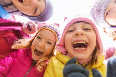 円で幸せな子供たちのグループに直面している頃、レジャー、友情と人々 のコンセプト-