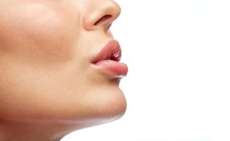 bouche homme: la beauté, les gens, le maquillage et la chirurgie plastique concept - gros plan de jeunes lèvres femme