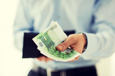 dinero euros: personas, negocios, finanzas y dinero Concepto - Cierre de negocios manos sosteniendo la cartera abierta con efectivo en euros