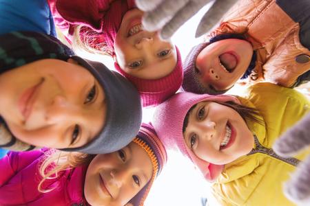 girotondo bambini: infanzia, tempo libero, l'amicizia e la gente il concetto - gruppo di bambini felici volti a cerchio