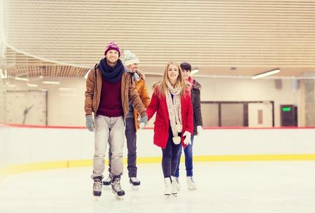 niño en patines: la gente, la amistad, el deporte y el concepto de ocio - amigos felices en pista de patinaje