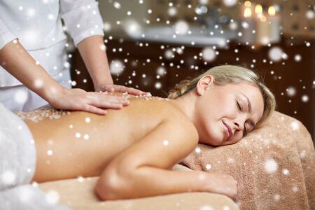 masajes relajacion: Concepto de la gente, la belleza, spa, invierno y relajación - cerca de la hermosa mujer joven tendido con los ojos cerrados y con la sal a masajes en el spa con efecto de nieve