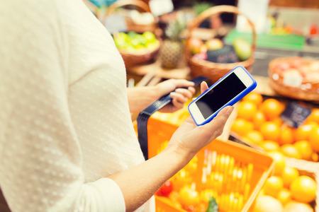 Verkauf, Einkaufen, Konsum und Menschen Konzept - Nahaufnahme der jungen Frau mit Nahrungsmittelkorb der Markt Standard-Bild - 49524748