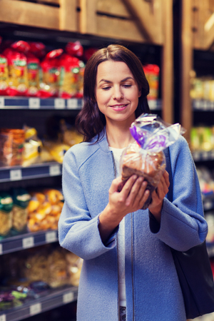 persona leyendo: Venta, compras, consumismo, gente, concepto - feliz, joven, mujer, elegir, compra, bread, mercado