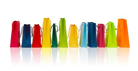 fila: la venta, el consumismo, la publicidad y el concepto de venta - muchas bolsas de la compra de colores
