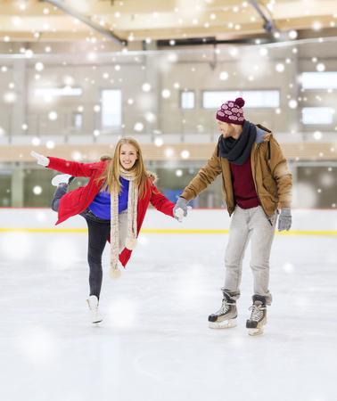 Les gens, l'amitié, le sport et le concept de loisirs - heureux couple se tenant les mains sur la patinoire Banque d'images - 49643905