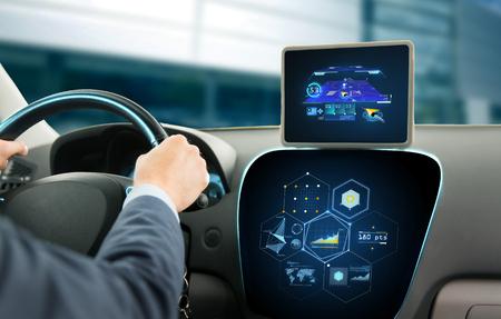 navegacion: transporte, destino, la tecnología moderna y la gente concepto - cerca del hombre que conduce el coche con el sistema de navegación en la tableta computadora y gráficos pc