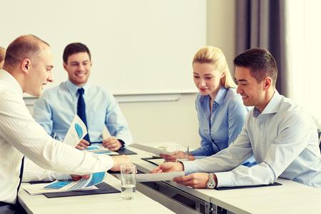 edad media: negocio, la gente y el trabajo en equipo concepto - sonriendo equipo de negocios con papeles reunión en la oficina Foto de archivo