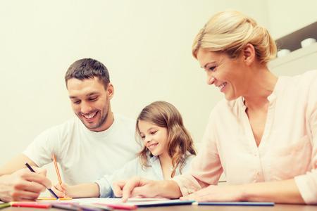 lapiz y papel: familia, los niños y la gente feliz concepto - familia feliz dibujo en casa Foto de archivo
