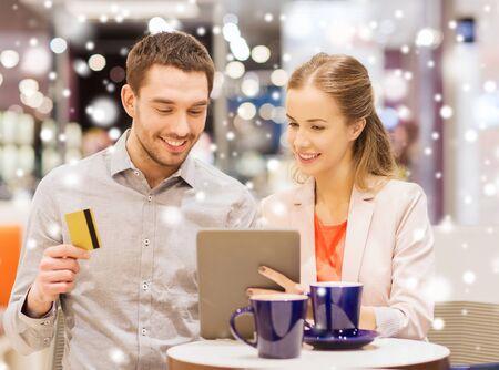 cafe internet: venta, compras, consumismo, el ocio y el concepto de la gente - feliz pareja con Tablet PC y la tarjeta de cr�dito el consumo de caf� en el centro comercial con efecto de nieve