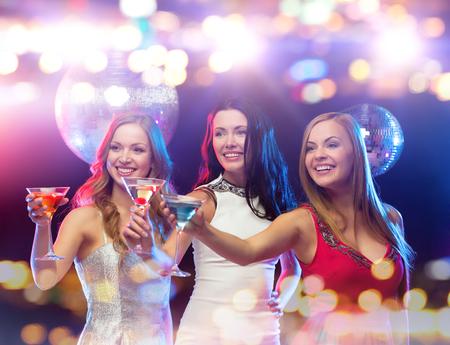 días de fiesta, vida nocturna, despedida de soltera y la gente concepto - sonriente mujer con un cóctel en el club de noche