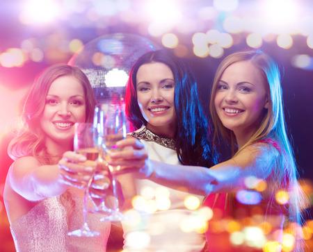 축하: 휴일, 유흥, 처녀 파티 사람들 개념 - 나이트 클럽에서 샴페인 안경 여자를 웃 스톡 콘텐츠