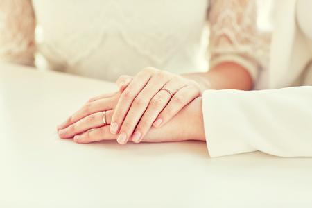seks: mensen, homoseksualiteit, het homohuwelijk en de liefde concept - close-up van gelukkig getrouwd lesbisch paar knuffelen Stockfoto