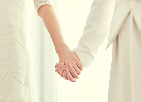 lesbienne: les gens, l'homosexualit�, le mariage de m�me sexe et l'amour notion - gros plan heureux mari� couple de lesbiennes �treindre Banque d'images