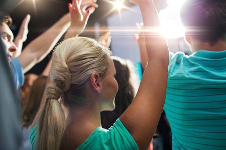 party, feiertage, Musik, Nachtleben und Personen-Konzept - Nahaufnahme von glücklichen Menschen bei Konzert im Nachtclub winkenden Hände