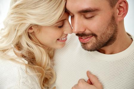 parejas enamoradas: familia, el amor, el invierno y la gente concepto - cerca de la feliz pareja se enfrenta con los ojos cerrados