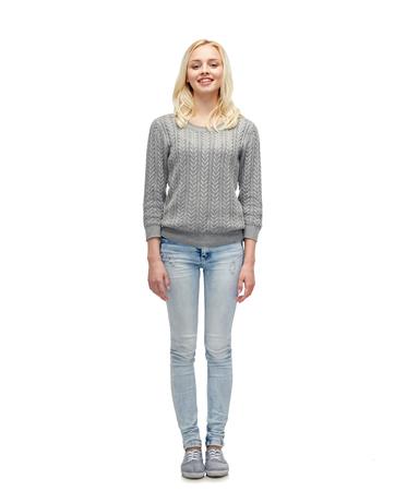 hombre flaco: femenino, el sexo, la moda y el concepto de la gente - la mujer sonriente joven o adolescente en suéter gris y jeans