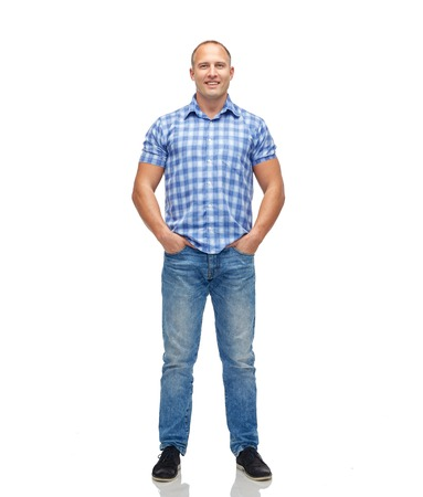 edad media: masculino, de género, la moda y la gente concepto - sonriente hombre de mediana edad en camisa a cuadros y pantalones vaqueros