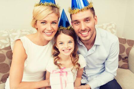 niños sonriendo: celebración, familia, las vacaciones y el concepto de cumpleaños - familia feliz con caja de regalo