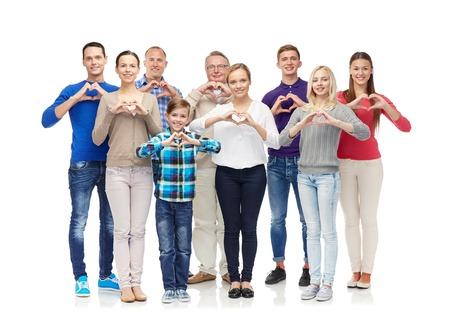 gesto, rodina, generace a lidé koncepce - skupina úsměvem muže, ženy a chlapec ukazuje tvaru srdce znamení ruky