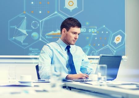GERENTE: negocio, la gente y el concepto de trabajo - hombre de negocios con el ordenador portátil y el crecimiento gráficos en la pantalla virtual en la oficina Foto de archivo