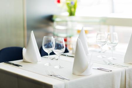 Objekte, Geschirr und Ferien-Konzept - Nahaufnahme von gedeckten Tisch mit Gläsern, Servietten und Besteck