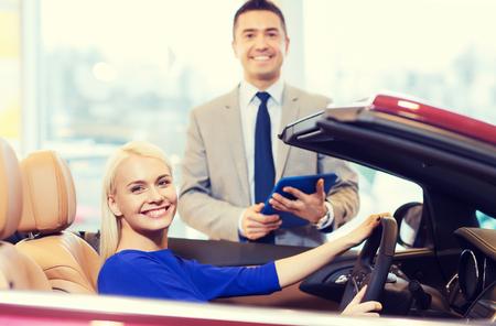 Activité automobile, vente voiture, la technologie et les gens notion - femme et la voiture heureuse revendeur avec l'ordinateur tablette pc en salon de l'auto ou un salon Banque d'images - 50705475