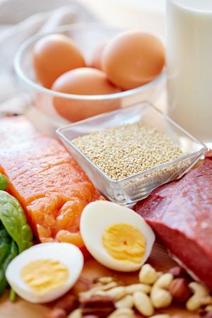 produits alimentaires: alimentation équilibrée, la cuisine, concept culinaire et alimentaire - à proximité de différents produits alimentaires sur la table Banque d'images
