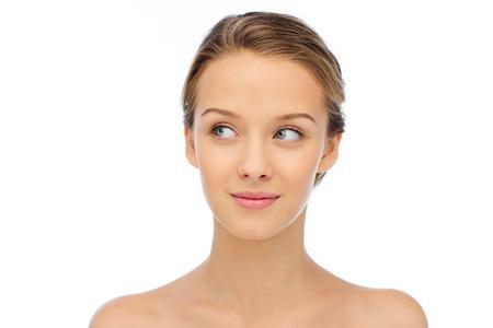 Schoonheid, mensen en gezondheid concept - lachende jonge vrouw gezicht en schouders Stockfoto - 50589718