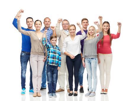 persona de la tercera edad: la familia, el género, la generación y la gente concepto - grupo de hombres felices, mujeres y muchachos que muestra los puños