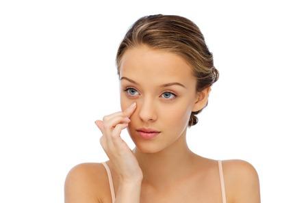 아름다움, 사람들, 화장품, 스킨 케어 및 건강 개념 - 그녀의 얼굴에 크림을 적용 젊은 여자