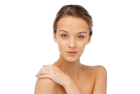 schoonheid, mensen, lichaamsverzorging en gezondheid concept - lachende jonge vrouw gezicht en hand op blote schouder