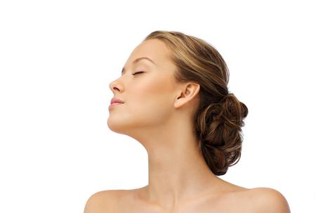 caras: la belleza, la gente y el concepto de salud - Cara de la mujer joven con los ojos cerrados y los hombros vista lateral Foto de archivo