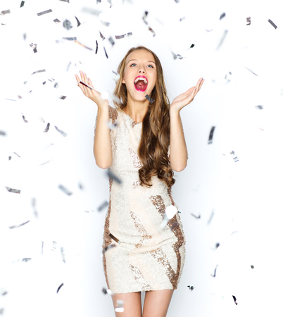 축하: 사람들, 휴일, 감정과 매력 개념 - 파티 장식 조각 색종이 화려한 드레스에 행복 한 젊은 여자 또는 사춘기 소녀