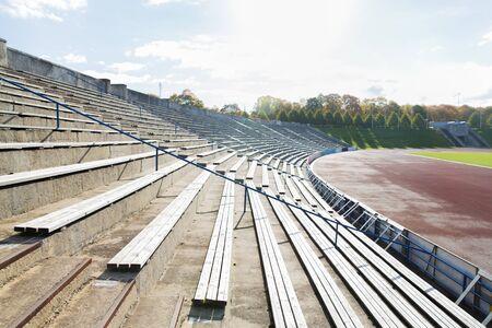 gradas estadio: concepto de deporte y arquitectura - se encuentra con filas con bancos en estadio