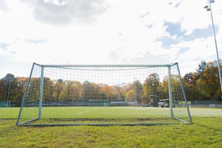 cancha de futbol: el deporte y el concepto de equipo - portería de fútbol en el campo