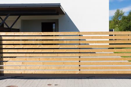 Beveiliging, onroerend goed en huisconcept - close-up van het spoorhek voor privé woonhuis Stockfoto