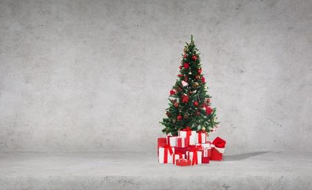viering, de winter vakantie en reclame concept - kerstboom met cadeaus en Santa hoed over betonnen muur achtergrond