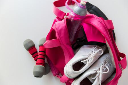 sport, fitness, zdrowego stylu życia i sprzeciwia się koncepcji - bliska kobiecej sportowych rzeczy w plecaku i hantlami