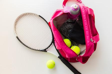 toallas: deporte, fitness, estilo de vida saludable y el concepto de objetos - cerca de la raqueta de tenis y bolas con bolsa de deporte femenino