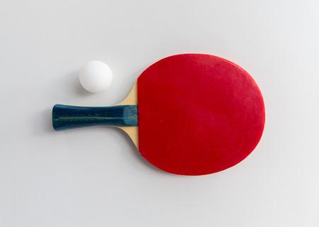 スポーツ、フィットネス、健康的なライフ スタイル、オブジェクト概念 - クローズ アップ ピンポンまたはテーブル テニス ラケットのボールと