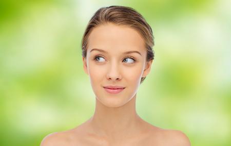 frescura: la belleza, la gente y el concepto de salud - joven cara y los hombros sonriente sobre fondo verde natural
