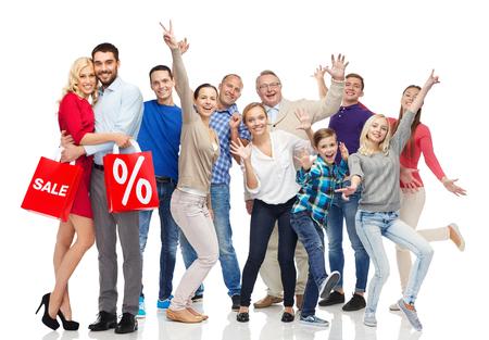 mujer alegre: venta, descuento, la felicidad y el concepto de la gente - la gente feliz con bolsas de compras que se divierten