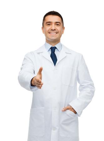 bata blanca: cuidado de la salud, profesión, saludo, personas y concepto de la medicina - sonriente médico masculina en blanco dar abrigo de la mano para apretón de manos
