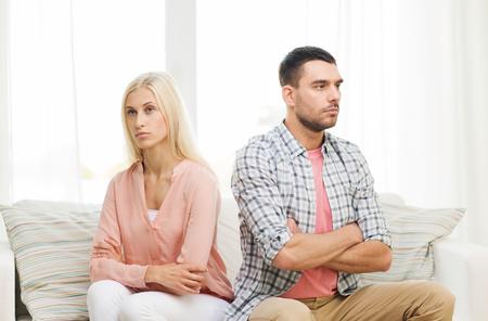 mensen, relatie problemen, conflicten en familie concept - ongelukkige paar dat argument thuis